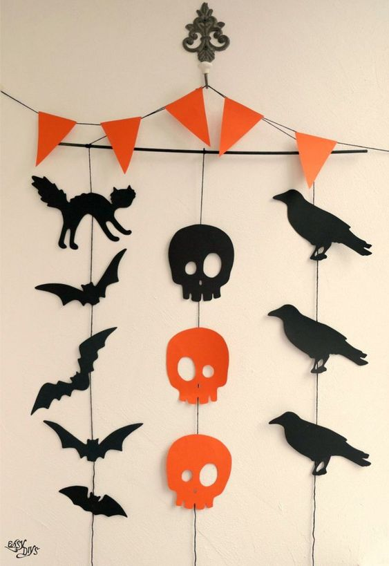 Easy DIY Halloween Garland | Easy DIYs Halloween Craft Ideas for Your Vintage Life Kate Beavis Vintage expert, blogger, writer and speaker on homes, fashion, weddings and lifestyle #halloween #scary #spooky #spiders #ghosts #kidsdiy #halloweendecor #decorations #craft #crafting #diycrafts #yourvintagelife