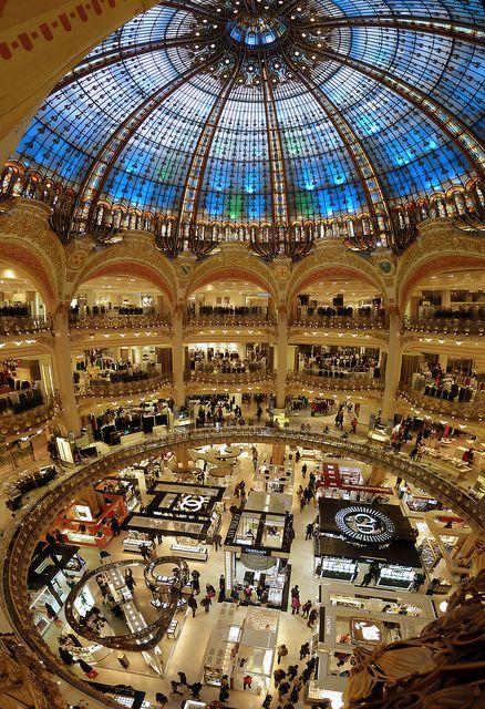 L'architecture des Galeries Lafayette de Paris relève d'une grande technicité et s'inspire du style byzantin. La coupole est elle aussi fabuleuse grâce à ses nombreux vitraux. Avec ses balcons, le centre commercial rappelle les édifices d'opéra.