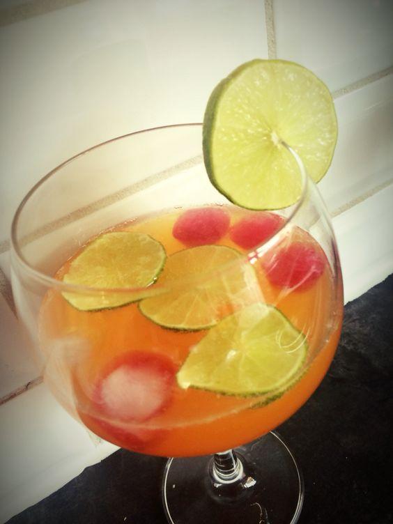 Apero time!🍸☀️ 3cl rum - 15 cl finley cranberry sinaasappel - sap van 1/2 limoen - ijsblokjes van cranberrysap