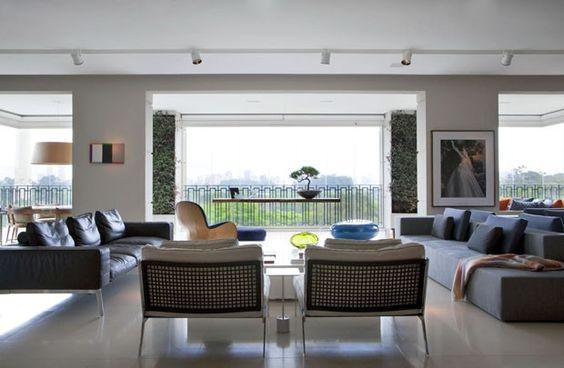 Para valorizar a vista, esta sala de estar recebeu móveis baixos e leves. descubra mais no Décor do dia