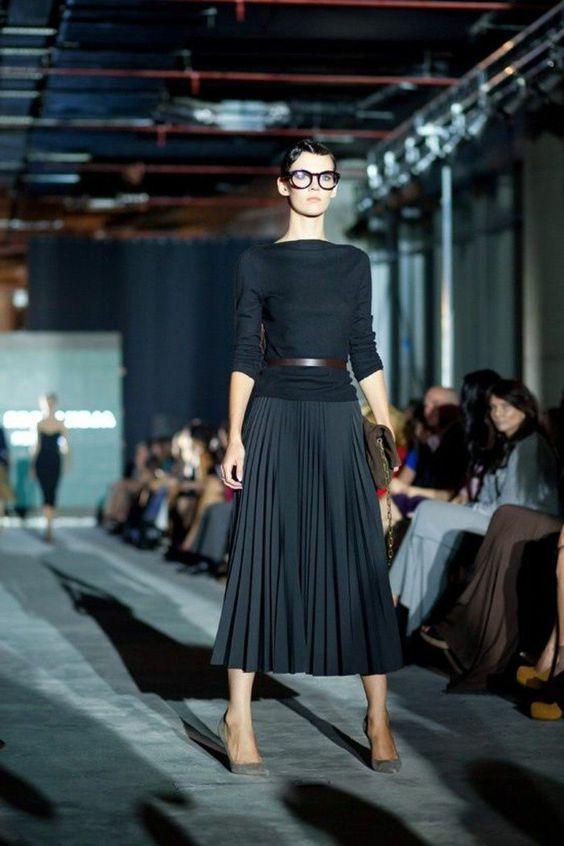 jupe longue plissée noire, blouse noir femme lunettes noires