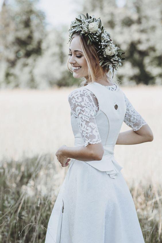 Das Alpenherz Hochzeitsdirndl Murielle ist mit der zweilagigen Schürze aus goldener- und cremefarbiger Seide ein absoluter Traum jeder Braut – und des Bräutigams!