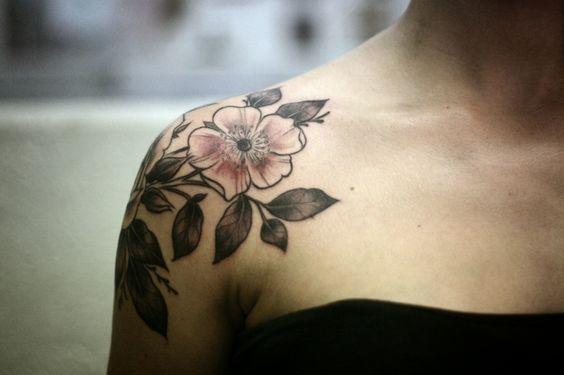 Schöne Blumengitter an den Schultern tätowieren