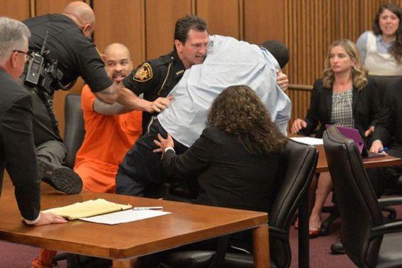 Serial killer ri após pai de vítima tentar agredi-lo em julgamento nos EUA