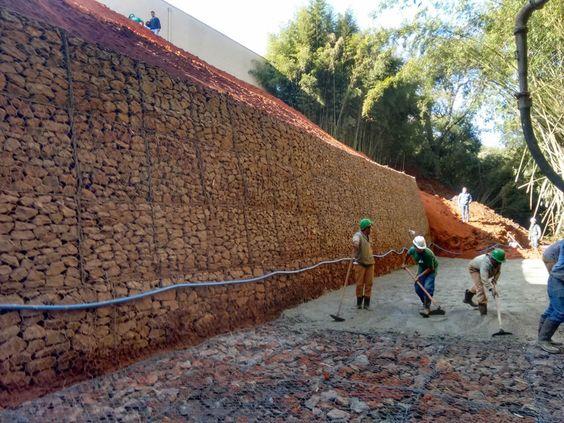 A Secretaria Municipal de Obras concluiu na última sexta-feira (22) os serviços de manutenção do muro de gabião que foi construído para reforçar a segurança da estrutura da ponte sobre o Ribeirão Tanquinho, na Rua Coronel Fonseca, região central da Cidade. Os trabalhos no local se estenderam por cer: