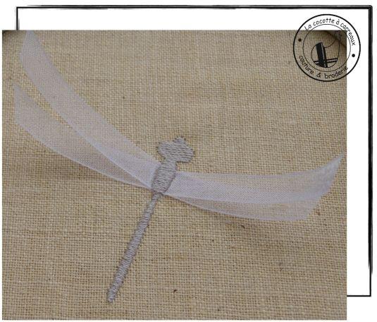 Je vous propose aujourd'hui de réaliser cette libellule 3D en combinant le motif de broderie à télécharger et du ruban. link Etapes: Prendre du ruban en organza pour un effet de transparence. Broder la croix qui indique le centre des ailes. Croiser 2...
