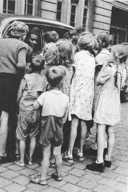 Henry Ries, 1947 Schokolade für die Berliner Kinder.