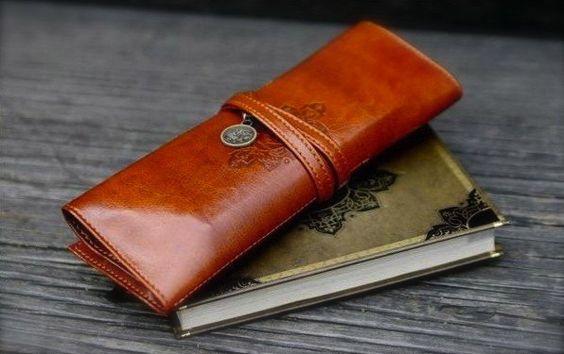 Eine wunderschöne Leder Kosmetiktasche - Lederetui     Das Täschchen ist für alle Zwecke zu haben! Als Etui, Federmäppchen, Kosmetiktasche etc. ......