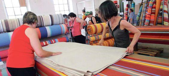 Les ateliers des Toiles du Soleil produisent des toiles d'espadrilles, de transats, ainsi que des nappes et des serviettes.
