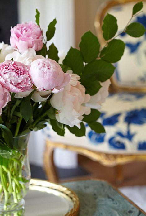 blue & white floral chair >3