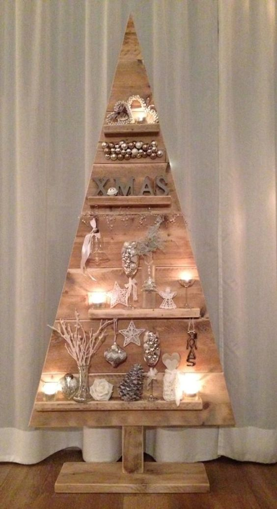 Árvore de Natal feita com madeira reutilizada: