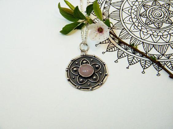 Mandala Pendant in Oxidized Silver and Pink Quartz. por PuntoPausa