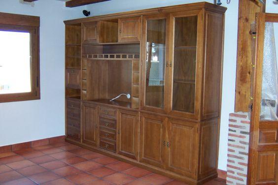 Mueble de sal n estilo r stico macizo con vitrina for Mueble salon cajones