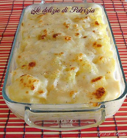 Patate bollite sbucciate e tagliate a fette con parmigiano e besciamella al forno (e prosciutto)