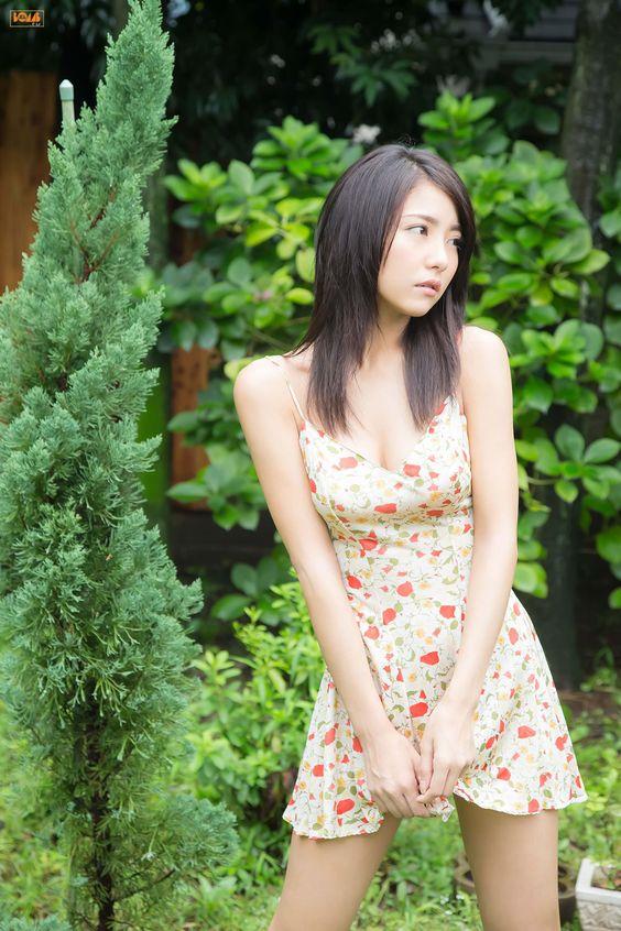 ワンピースの裾を押さえるかわいい石川恋