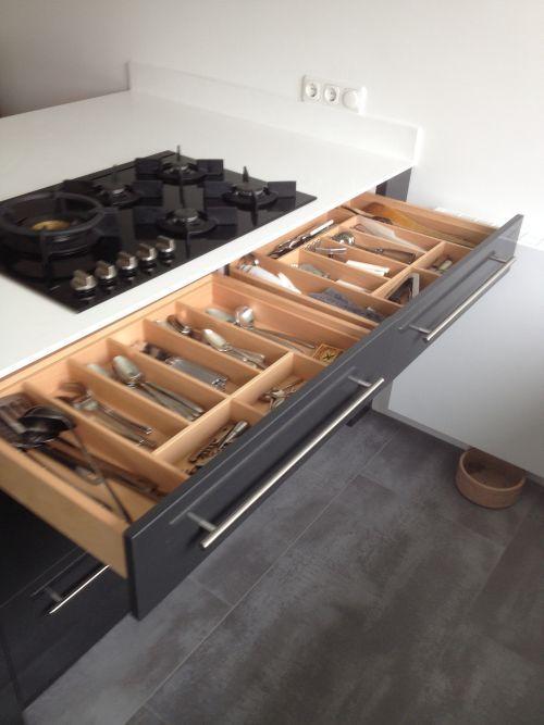 Witte design keuken met antraciet eiland in hoogglans en met ...