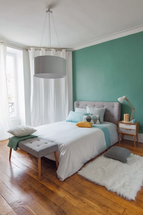On aime ces couleurs qui changent, une chambre un peu vintage mais très tendance.
