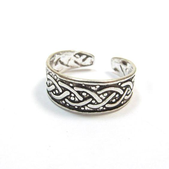 Ce bijou indien est une bague d'orteil en argent ciselé.La taille de cet anneau argent est réglable. C'est un bijou argent tendance, idéal pour l'été. Les bagues et bijoux en argent de notre boutique en ligne proviennent tous du Rajasthan en Inde