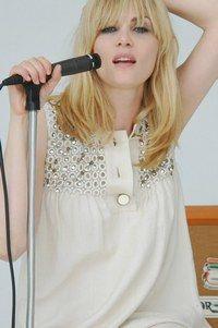 Rencontre avec Emmanuelle Seigner, chanteuse du groupe Ultra orange - © RCA Emmanuelle Seigner était une actrice hors norme. Elle est maintenant une chanteuse hors cadre. Avec le groupe Ultra Orange, elle dévoile son tempérament rock, qui sait enflammer le micro de sa personnalité brûlante...
