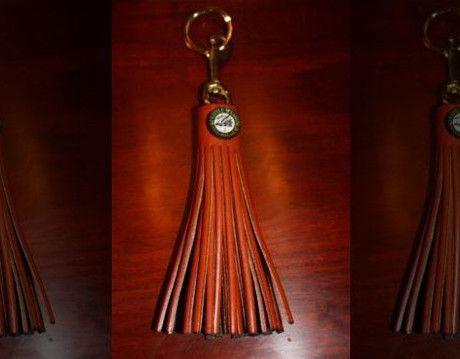 Las borlas de cuero esa cascada de llaves de la habitación del Hostal fueron hechos a mano por el Ohio Amish, con un logotipo de cristal que recuerda cabestros espectáculo de caballos.