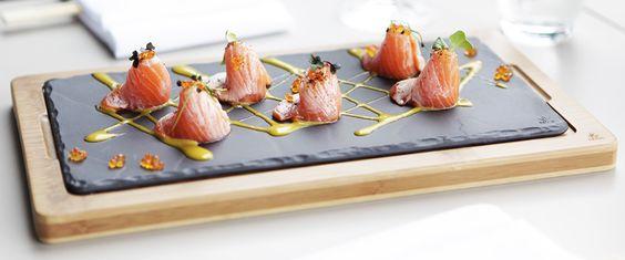 Les couleurs du saumon ressortent parfaitement sur la planche Basalt qui imite l'ardoise, avec les bénéfices de la céramique noire. Réalisée à la main en France. Plateau en bois. Craft black matt slate style ceramic board-tray-plate Basalt, handmade in France, in the wood tray.