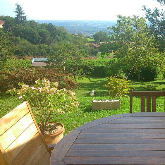 Bed &Breakfast, chambre pour 2pers au coeur de notre maison. Vue depuis la terrasse ou vous pourrez prendre le petit déjeuner quand il fait beau dans le Beaujolais. Pour nous joindre et réserver, carole.sd@free.fr