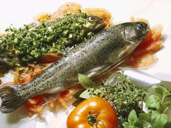 Forelle mit Tomaten und Kräutern ist ein Rezept mit frischen Zutaten aus der Kategorie Fruchtgemüse. Probieren Sie dieses und weitere Rezepte von EAT SMARTER!