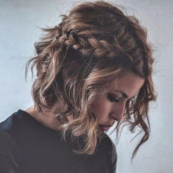 Ideia linda para quem tem cabelo curto – ou não! Ondas, bastante textura e a trança arrematando: