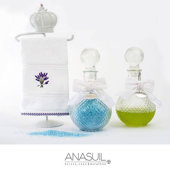 Suporte de toalhas com coroa, toalha bordada para lavabo, sais de banho e shower gel nas garrafas. ANASUIL  http://www.anasuilblog.blogspot.com.br/