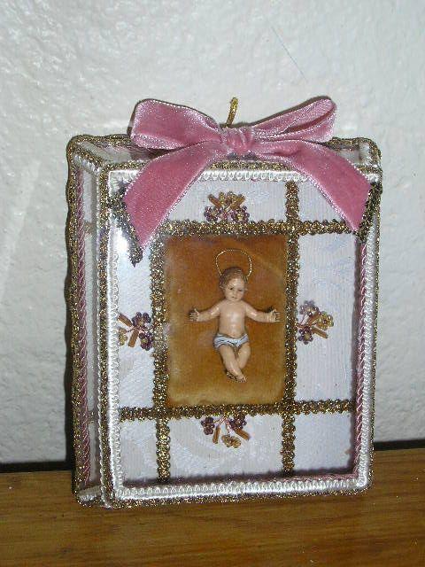 Menino Jesus - registo  Caixa de vidro facetado, decorado com flores e missangas...