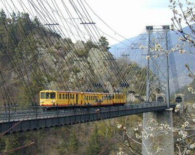 El tren amarillo, también conocido como el canario de montaña, por el color de sus vagones, es una línea de ferrocarril de vía métrica, gestionado por la SNCF a través de la marca regional TER Languedoc-Rosellón.  Esta línea conecta las comarcas de la Cerdaña y el Conflent, desde Vilafranca de Conflent hasta la estación de Latour-de-Carol-Enveitg, siguiendo el curso del río Têt y a través de Font Romeu