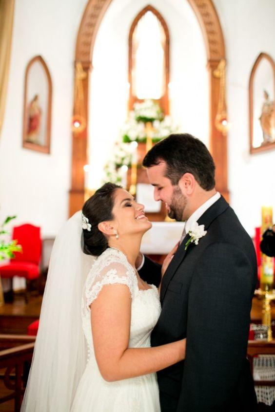 Casal de noivos apaixonados no Rio.   #casamento #wedding #bride #noiva #noivos #riodejaneiro  Foto: Carol Bustorff   http://www.minhafilhavaicasar.com/casamento-de-maria-e-rafael/
