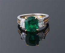 Cojín corte de la esmeralda colombiana y el anillo de diamante