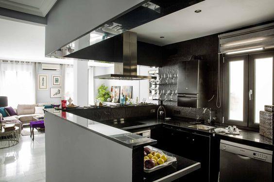 #Moderna y #elegante #cocina en color negro, semi independiente del salón.  #Modern and #elegant #kitchen semi-independent from the living room