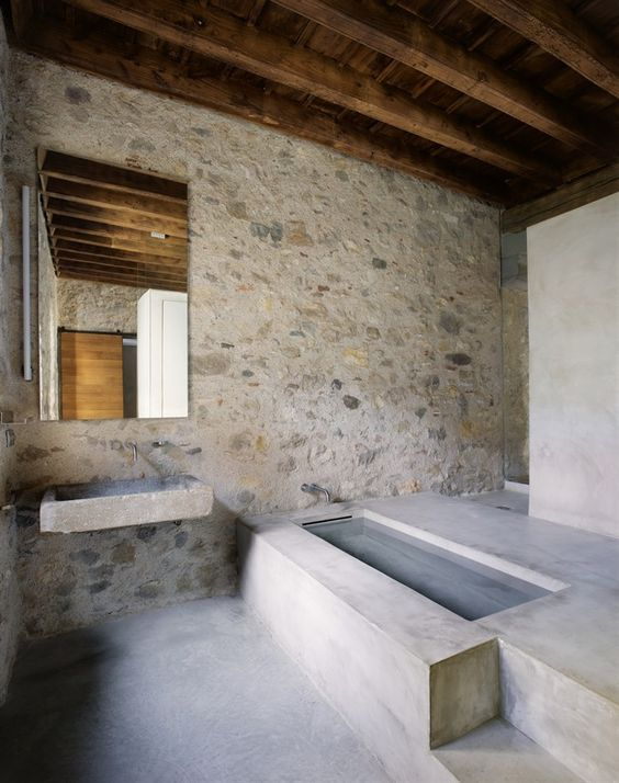 Reforma baño rústico con pila de piedra como lavabo, zona de baño ...
