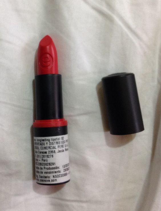 Essence - Labial en tono rojo 4