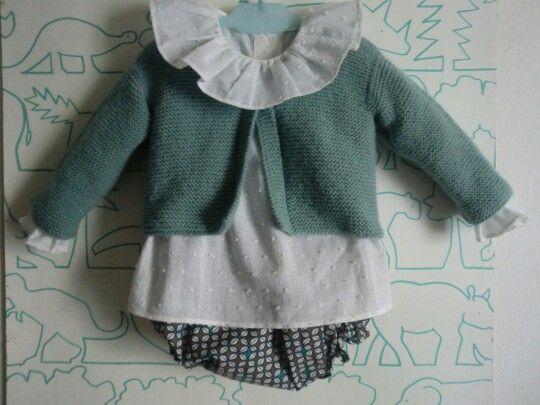 Conjunto de blusa plumeti con culetin estampado y chaqueta punto musgo.