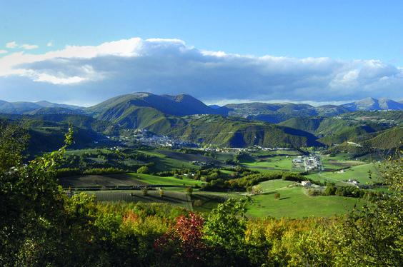 La Valle di Cascia con alle spalle il massiccio del Monte Maggio