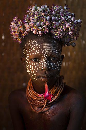 Criança de Omo tribo com flores, omo, korcho, Etiópia http://itunes.com/apps/lafforgueHD