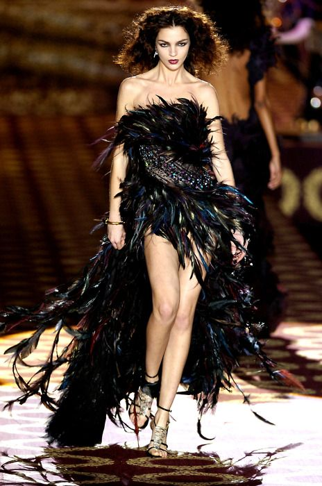 FW Memories: the stunning Mariacarla Boscono in a black feather ...