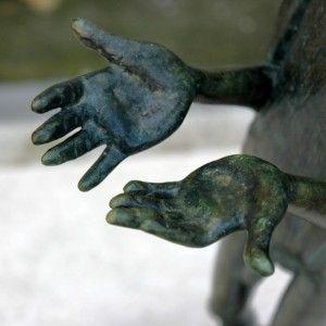 """""""Les mains ouvertes"""". Détail de la tombe de Jean Marc Debenedetti. Cimetière Montmartre, Paris."""