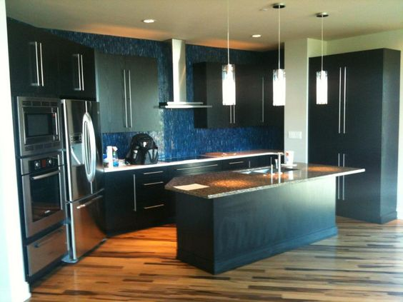 Simple cabinet choices with a dramatic backsplash.