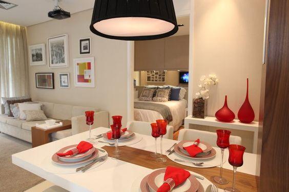 Cor branca e a mesa encostada na parede são importantes numa sala pequena (Foto: Camila Klein)