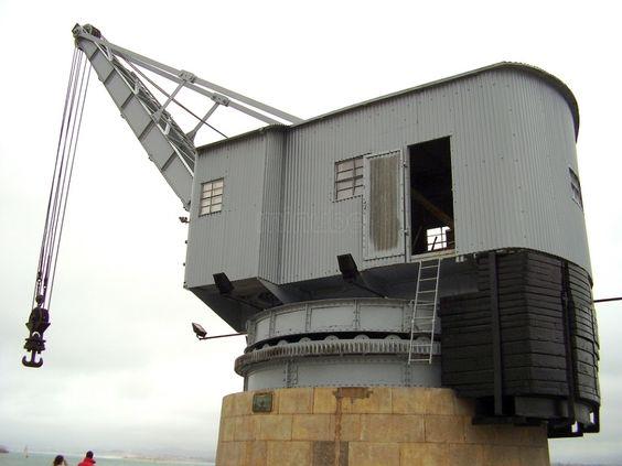 La Grue de Pierre du port de Santander. Monument d'archéologie industrielle portuaire, elle représente un élément marquant de l'identité maritime de la cité cantabrique.