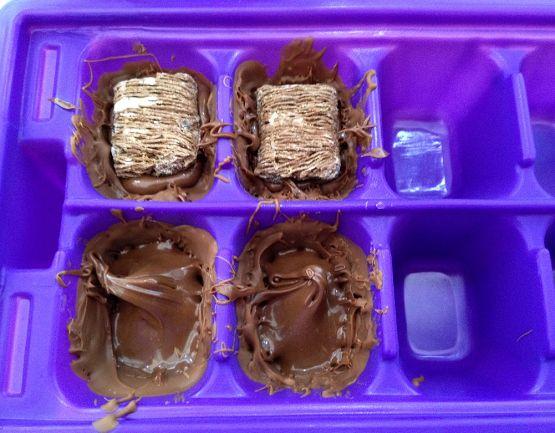 Elaboración: - Hice los bombones y las chocolatinas al mismo tiempo, así que así os lo explicaré. - Para los bombones utilicé un molde para ...
