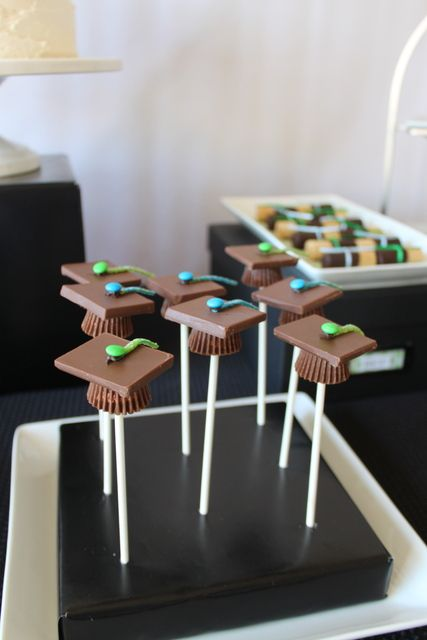 Edible grad caps at a Graduation Party #graduaiton #partyfood: