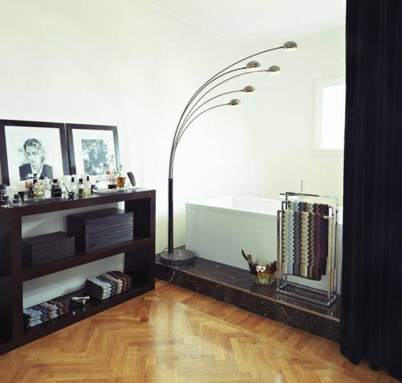 Dormitorio con bañera [] A bedroom with a tub