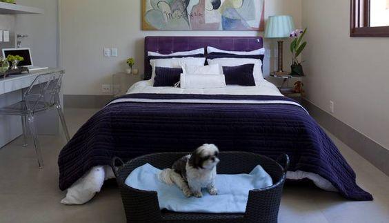 O quarto em meio ao campo, com cúpula do abajur em verde, para combinar com o tom do mobiliário da casa  Foto: Divulgação