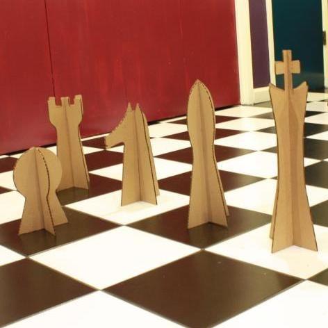 Haga piezas de ajedrez gigantes y tableros  de cartón  -  Make giant chess board & cardboard game pieces