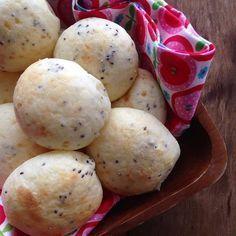 Pão de queijo é tuuudo de bom! Quando sai quentinho, então… Huuuum! É de virar os olhos! Tipicamente brasileiro, o pão de queijo tem receitas básicas, mas o sabor final depende muito de quem coloca a mão na massa. Um dos ingredientes, é o polvilho (doce e azedo), e para ir além do básico, vamos compartilhar com vocês uma receita de pão de queijo de tapioca. A goma de tapioca é feita com apenas 2 ingredientes: polvilho doce e água. Portanto, esta versão não altera absurdamente o sabor do pão…